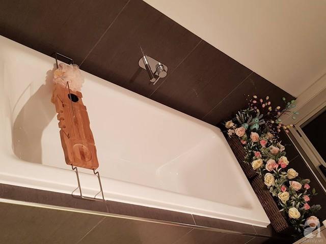 Phòng tắm cũng vô cùng ấn tượng.