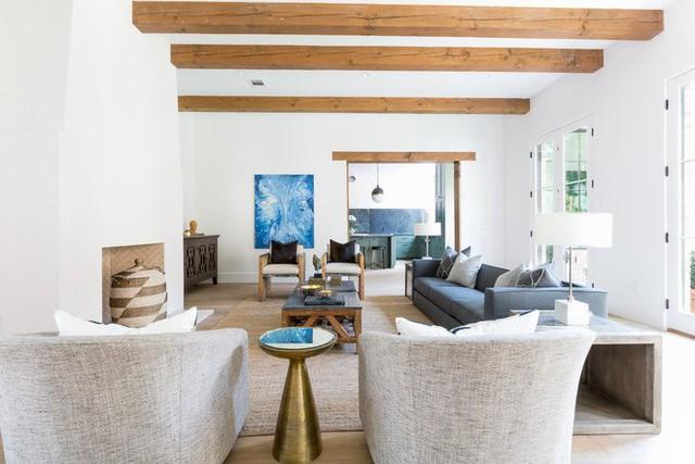 Những căn phòng khách kết hợp giữa truyền thống và hiện đại luôn mang đến người dùng cảm giác thân thuộc, gần gũi.