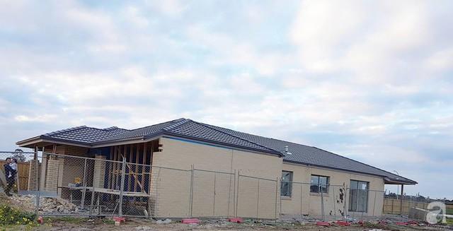 Ngôi nhà được xây nhiều lớp tường như lớp gỗ, lớp chống nóng cách nhiệt, cách âm và lớp gạch không nung bên ngoài.