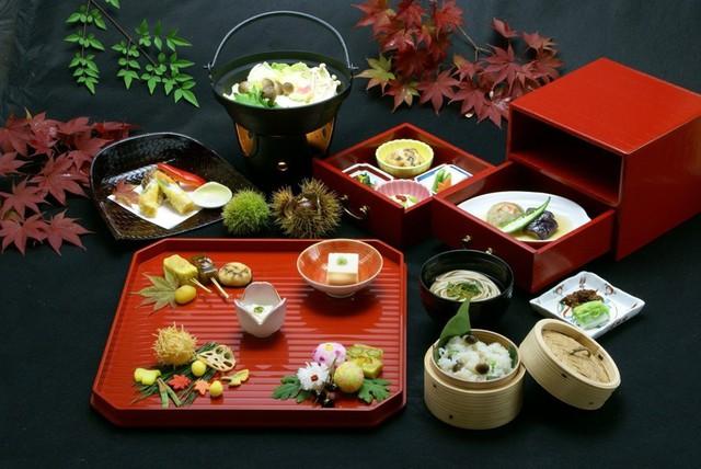 Shojin-ryori: Việc ăn thịt từng bị cấm ở Nhật Bản trong một thời gian dài, và đối với một số tu sĩ Phật giáo, quy định này còn nghiêm ngặt hơn. Song, người Nhật vẫn có shojin-ryori, tức ẩm thực chay tinh tế, thanh đạm được gìn giữ qua nhiều thế kỷ. Để thưởng thức món ăn tuyệt vời này, bạn có thể dừng chân tại các đền, chùa hay những nhà hàng truyền thống xung quanh đó. Ảnh: All About Japan.