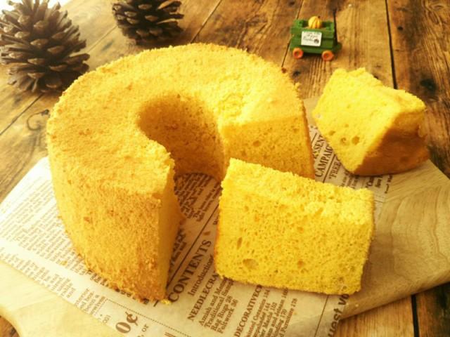 Bánh chiffon bí ngô: Loại bánh ngọt nhẹ xốp này là ví dụ về kết hợp sáng tạo trong ẩm thực Nhật Bản. Các nguyên liệu địa phương cùng phương pháp nướng phương Tây truyền thống đã tạo ra một món ăn hấp dẫn. Ảnh: Ameblo.