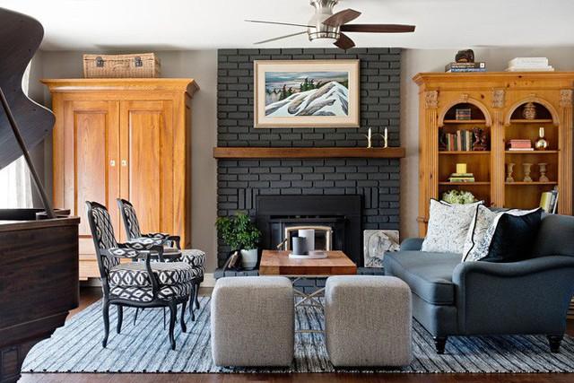 Nhờ sự trợ giúp của những đường nét hiện đại mà căn phòng khách mang phong cách truyền thống không mang vẻ cổ điển, lỗi thời.