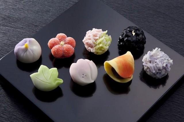 Wagashi:Ngoài những thanh kẹo chocolate Kit Kat nổi tiếng, món ngọt Nhật Bản đa dạng hơn thế. Nhắc đến ẩm thực của đất nước mặt trời mọc, phải nhắc wagashi, từ chỉ chung các món ngọt truyền thống của Nhật, không chỉ ngon mà còn vô cùng đẹp mắt. Ảnh: Japan Info.