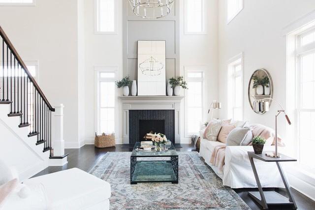 Căn phòng khách thiết kế theo phong cách truyền thống nhưng lại được bày trí với những món đồ nội thất hiện đại là một ví dụ điển hình để bạn học tập.
