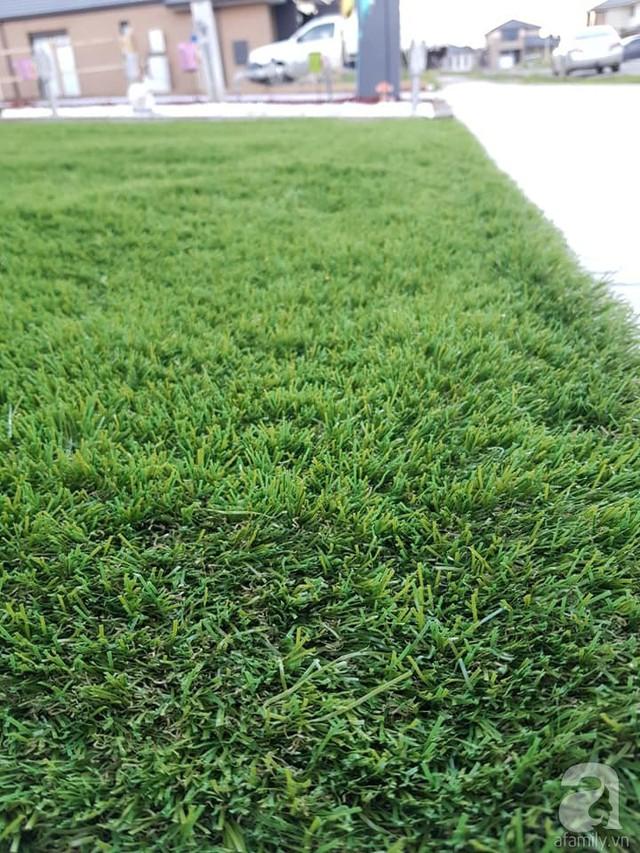 Bãi cỏ xanh mát trước nhà làm sân chơi cho con gái.