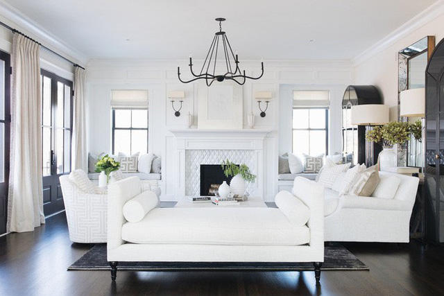 Cặp màu sắc tương phản đen – trắng rất phù hợp với những căn phòng khách có sự kết hợp giữa cổ điển và hiện đại.