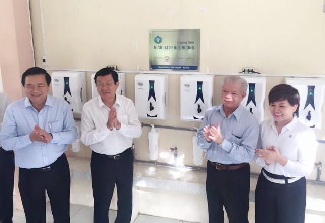 Nguyên Chủ tịch nước Trương Tấn Sang cùng đại diện Lãnh đạo địa phương, Hội Bảo trợ Bệnh nhân nghèo TP.HCM và Tập đoàn Novaland vui mừng trao tặng máy lọc nước đến 27 trường học tại huyện Tân Trụ, tỉnh Long An