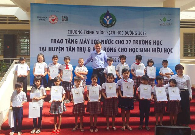 Các em học sinh vui mừng nhận học bổng trước thềm năm học mới
