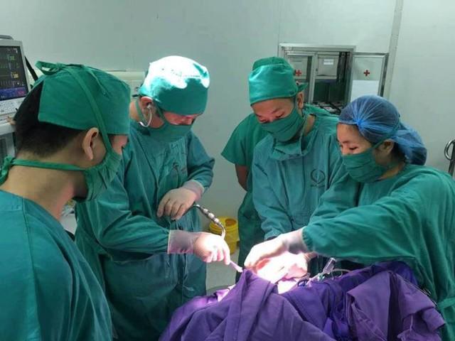 Ca phẫu thuật cứu sống bé trai 2 tuổi bị vỡ xương sọ. Ảnh: T.Thiêm