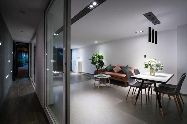 Điểm nổi bật của ngôi nhà là không gian mở hoàn toàn ở tầng trệt nhằm kết nối không gian phòng khách, phòng ăn và bếp, tạo cảm giác rộng nhất có thể.