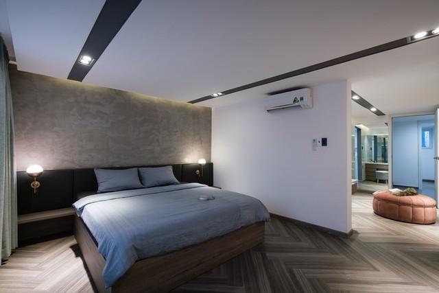 Ở tầng 2, phòng ngủ master được bố trí với bố cục mặt bằng như những phòng ngủ của khách sạn, resort cao cấp cũng giúp tạo cảm giác về không gian rộng mở, thoáng đãng.