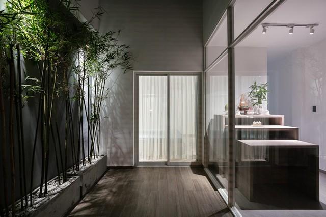 Ở tầng 3, khoảng không dành cho sân vườn tạo cảm giác xanh mát, thoáng đãng cho toàn công trình.