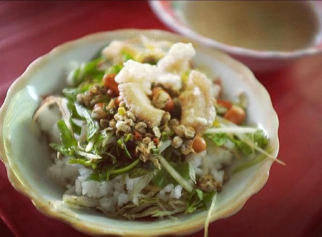 Cơm hến: Món ăn đặc sản này của Huế được làm từ cơm trắng nấu chín để nguội. Người ta cho phần thịt hến cùng các phụ gia, thêm tóp mỡ được chiên giòn. Cơm hến có thêm chút mắm ruốc Huế bùi bùi, chát chát, hơi cay và hăng. Ảnh: @ ntnhan237.