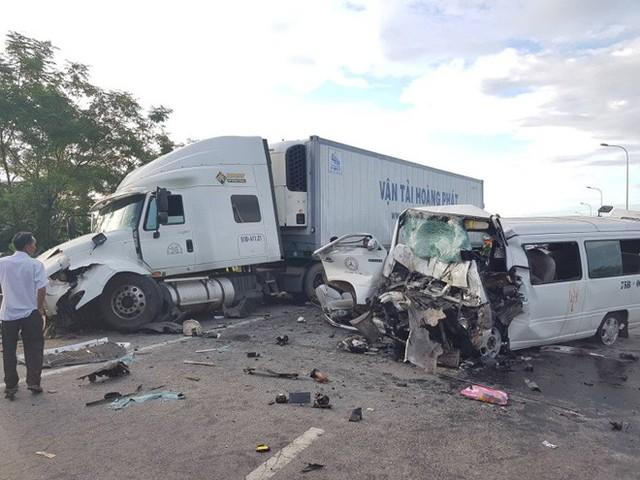 Xe ô tô 16 chỗ đã lấn làn, tông thẳng vào xe container