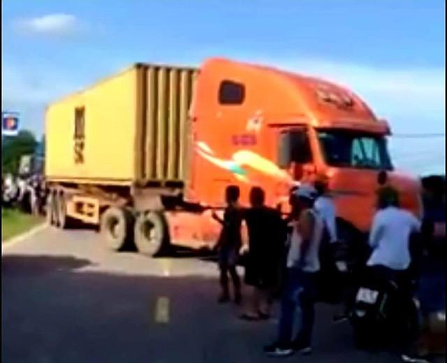 CSGT phải huy động cả xe container để chặn đường chiếc xe điên nghi vận chuyển ma túy (ảnh cắt từ clip FB)