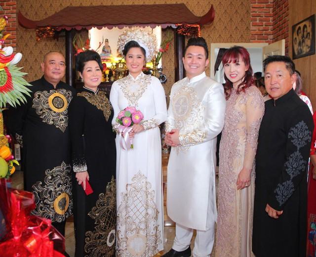 Lễ thành hôn của Xí Ngầu (tên thật là Hoàng Châu) và chú rể Trần Khôi vừa được tổ chức tại nhà riêng của bà bầu sân khấu ở quận Thủ Đức, TP.HCM. Trong ngày vui của con gái, vợ chồng nghệ sĩ Hồng Vân - Lê Tuấn Anh rạng ngời hạnh phúc.