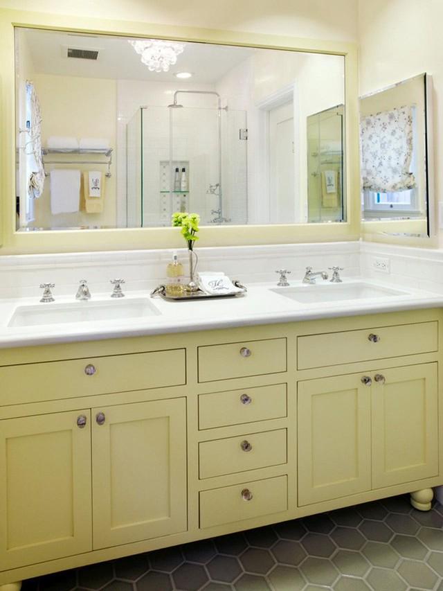 Chiếc tủ nhà tắm được sơn màu mang đến điểm nhấn ấn tượng bên trong căn phòng tắm của gia đình.