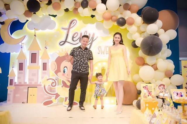 Vợ chồng Ngô Trà My - doanh nhân Lê Hoàn trang trí phòng tiệc theo tông màu vàng tươi. Rất nhiều hình chú khỉ con ngộ nghĩnh được in ở backdrop. Con gái của cặp đôi sinh ngày 6/8/2016 - năm con khỉ.