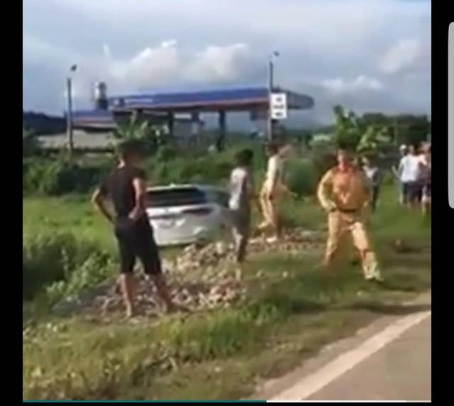 Chiếc xe ô tô điên nghi vấn chở ma túy chỉ dừng lại khi lao xuống bãi cỏ ven đường (ảnh cắt từ clip FB)