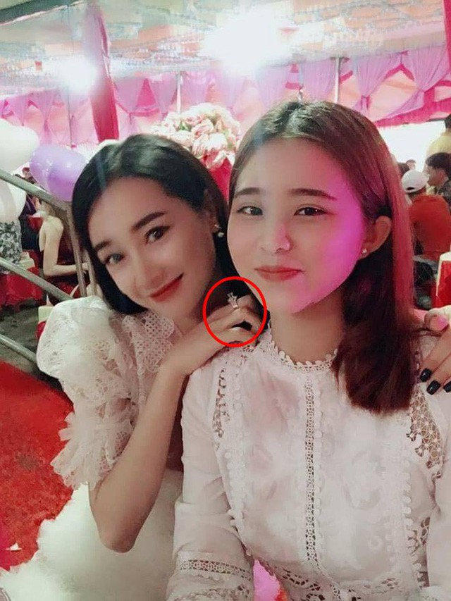Ngoài nghi vấn đang mang thai 3 tháng, khán giả còn tinh ý phát hiện Nhã Phương đang đeo chiếc nhẫn cầu hôn của Trường Giang.