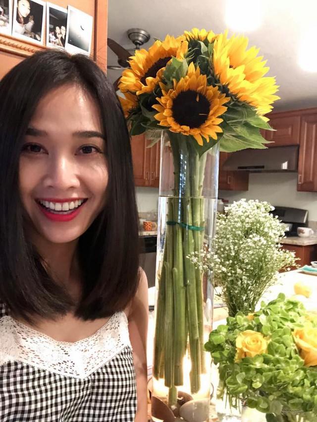 Mới đây, Dương Mỹ Linh chia sẻ hình ảnh bữa tiệc sinh nhật tuổi 34 ấm cúng bên bạn bè và người thân ở Mỹ. Diện trang phục giản dị, Hoa hậu phụ nữ Việt Nam qua ảnh 2006 vẫn rất xinh đẹp và rạng rỡ.