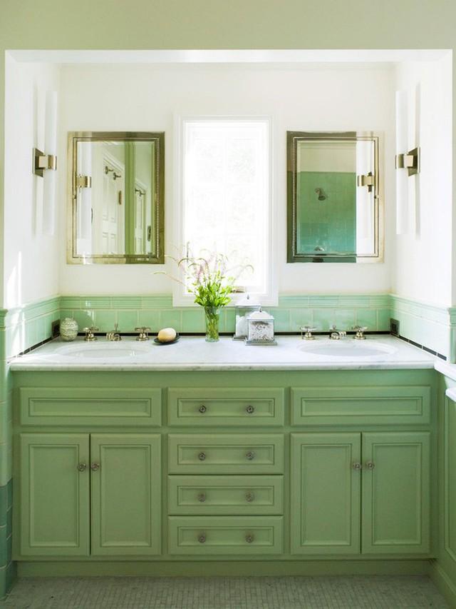 Một căn phòng tắm vô cùng thân thiện và gần gũi với thiên nhiên với một bộ tủ nhà tắm mang gam màu xanh lá.