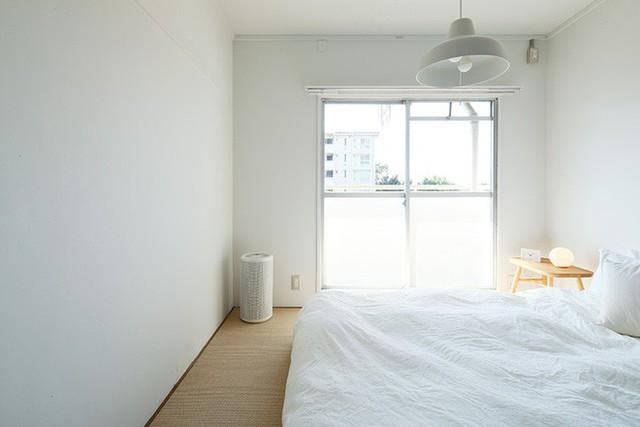 Giường ngủ đơn giản nhìn ra bên ngoài.