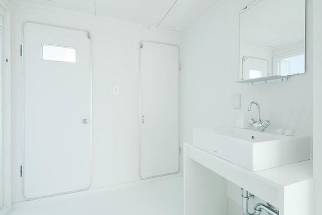 Khu vực phòng tắm vô cùng thông thoáng và mát mẻ nhờ hệ thống nội thất cùng tông màu với tường và trần.