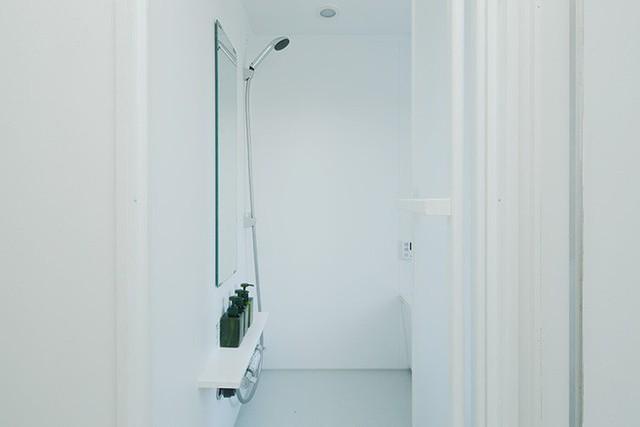Không có bất kỳ màu nhấn nào để giảm bớt tầm nhìn trong không gian hẹp. Căn hộ tuy nhỏ nhưng chưa bao giờ gây cảm giác chật chội, nhỏ hẹp mà ngược lại, bước vào nhà là bước vào tổ ấm, vào nơi mát mẻ, yên bình.