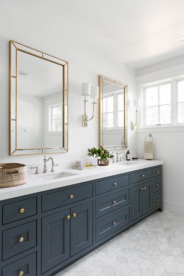 Chỉ bằng việc sơn lại cho bộ tủ nhà tắm thôi, bạn đã thành công trong việc tạo điểm nhấn bên trong căn phòng.