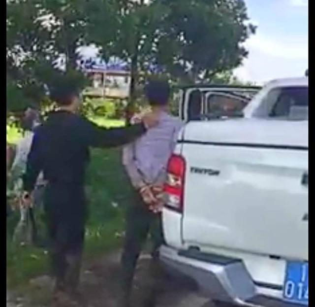 2 đối tượng trên xe bị bắt giữ, đối tượng còn lại bỏ trốn (ảnh cắt từ clip FB)