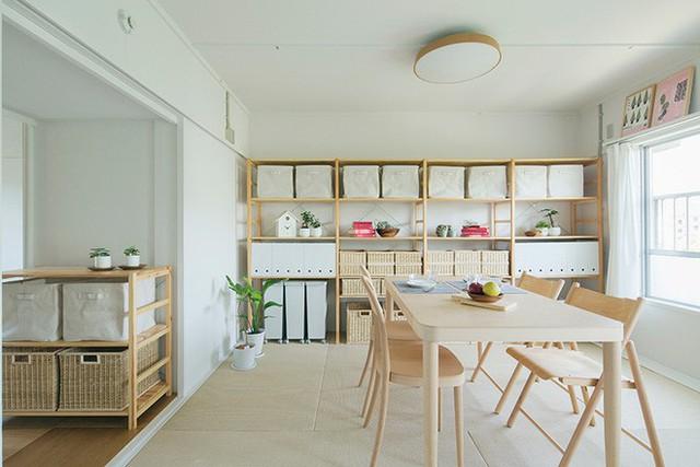 Không gian được sử dụng chủ yếu là sơn màu trắng, kệ đựng đồ và nội thất được ưu ái chất liệu gỗ tự nhiên màu sáng, đủ để tạo nên sự liên kết liền mạch của bảng sắc màu.