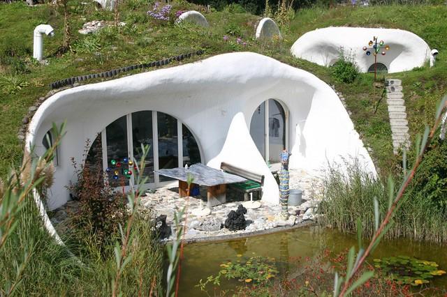Màu sơn nền của các ngôi nhà nhỏ trong quần thể được sử dụng là trắng tinh khôi không pha tạp chất để tạo phong cách hiện đại.