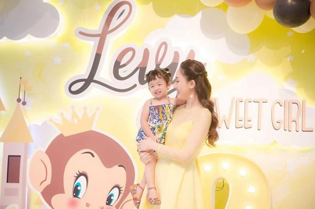 Con gái đầu lòng của vợ chồng Ngô Trà My có tên thân mật Levy, tên thật là Khánh Vy. Cô nhóc càng lớn càng xinh xắn.
