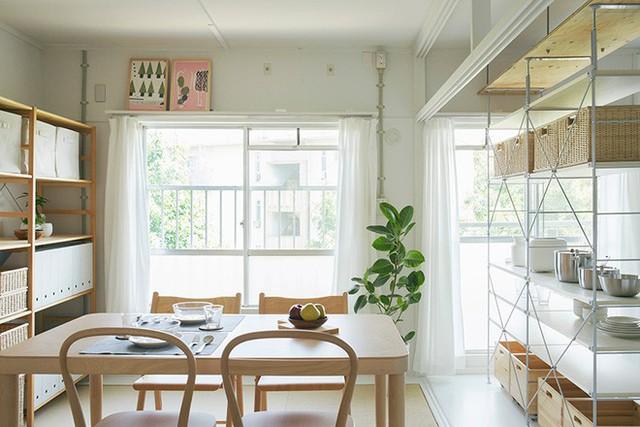 Không gian chính của ngôi nhà dược thiết kế bộ bàn ghế đa năng, nơi mọi người có thể ngồi tại đây để làm việc, dùng bữa hàng ngày hoặc tiếp khách.