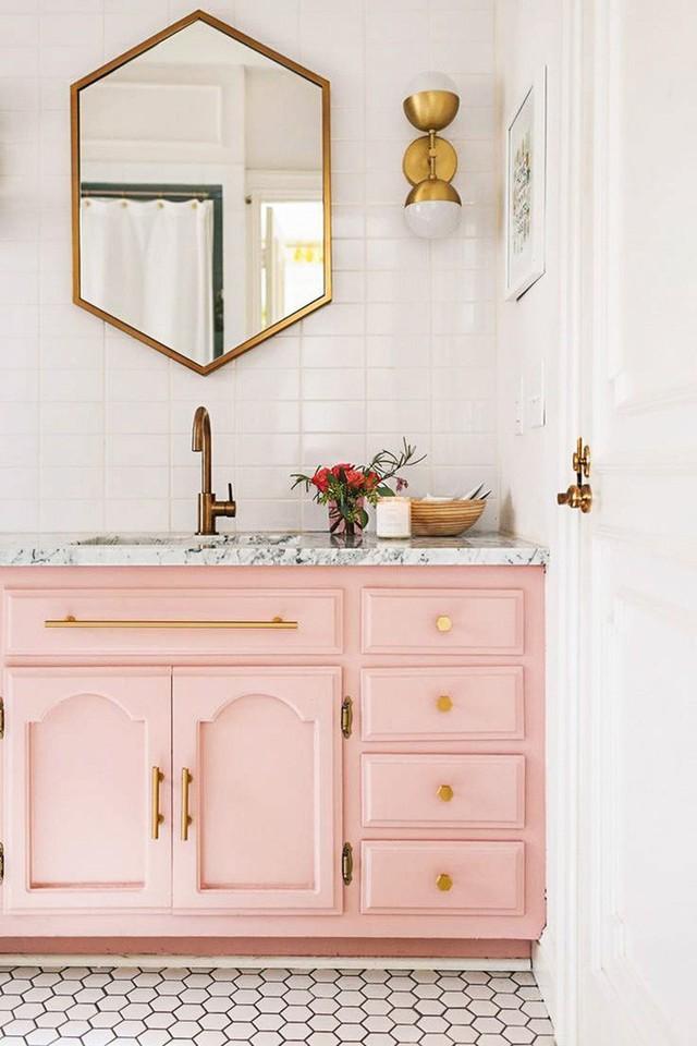 Tự tay sơn lại những chiếc tủ nhà tắm đã cũ cũng là một cách làm hay để bạn tân trang, cải thiện vẻ đẹp của căn phòng tắm của gia đình.