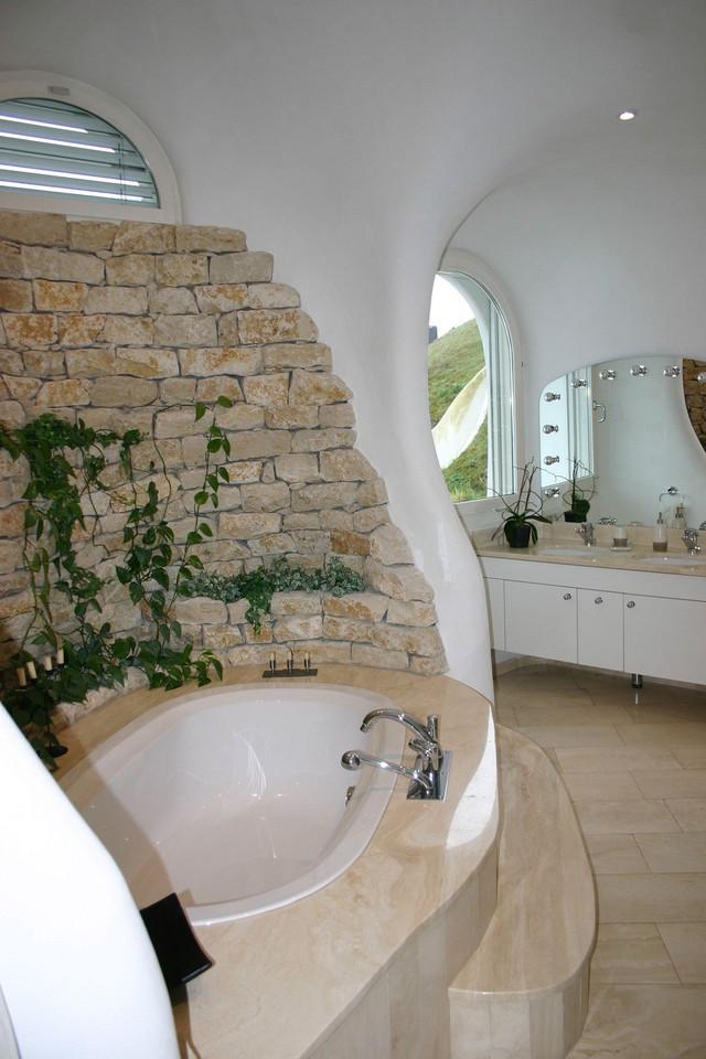 Trong không gian phòng tắm, chất liệu gạch được sử dụng như một sự nhấn nhá có chủ đích.