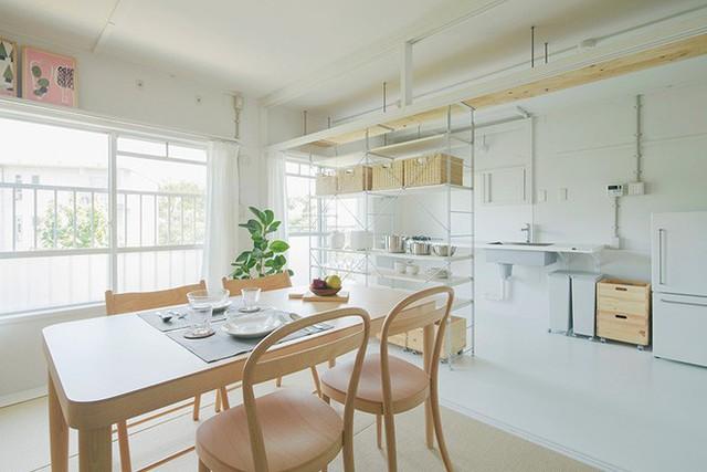 Kệ sát tường được thiết kế mỏng mảnh với cùng chất liệu tăng thêm diện tích lưu trữ, giúp không gian gọn xinh và hiện đại hơn.