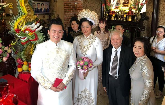 Cô dâu, chú rể diện lại trang phúc áo dài đã mặc trong lễ đón dâu ở Mỹ. Tối 6/8, tiệc cưới của hai người sẽ diễn ra tại một khách sạn 5 sao ở quận 1, TP.HCM.