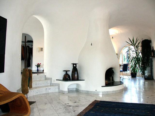 Không gian sống hiện đại với nội thất tân tiến khác xa với vẻ ngoài cỏ xanh bao trùm của quần thể nhà này.