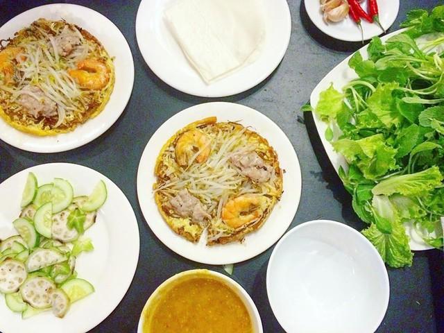 Bánh khoái: Đến Huế mà không thưởng thức bánh khoái là một thiếu sót lớn. Bánh khoái được làm từ bột gạo xay với trứng gà, bột nghệ. Nhân bánh được chế biến từ giá đỗ sống, giò, tôm và đôi khi là cá kình. Món đặc sản này nên ăn kèm cùng rau sống, vả, chuối xanh, khế thái lát và không thể thiếu nước lèo, một loại nước tương đặc biệt của xứ Huế, giúp làm nên hương vị món ăn. Ảnh: @shxxjxxhxx. @phuongnguyentrang.
