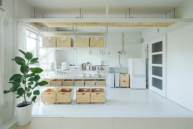Không gian bếp nấu đối diện với bàn ăn. Bếp được đặt sát tường và sử dụng chủ yếu là màu trắng cùng tông với màu tường.