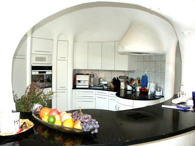Phòng bếp có kết cấu hình vòm với trang thiết bị hiện đại và có một quầy bar ăn uống đơn giản.