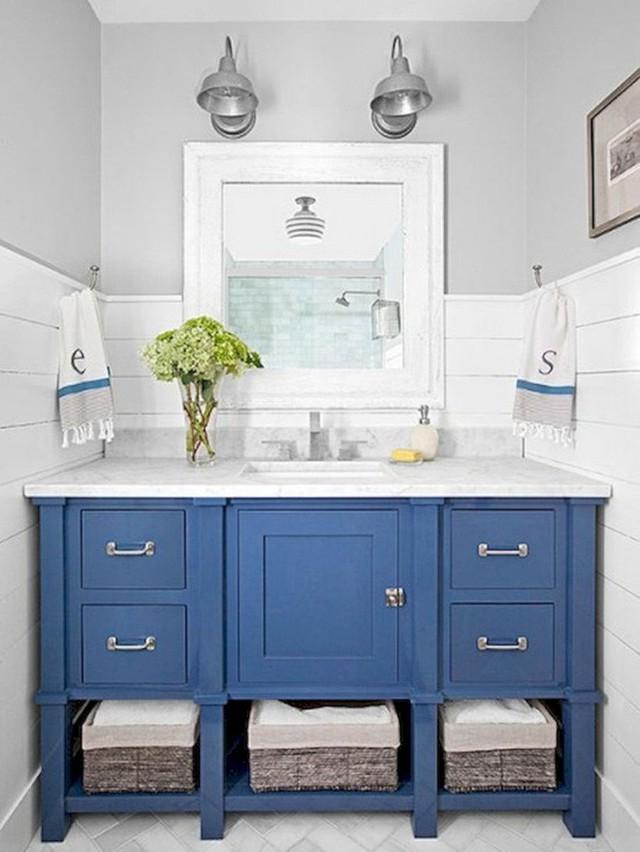 Bộ tủ nhà tắm với gam màu xanh nước biển mang đến người dùng cảm giác dịu mát, đầy thư thái.