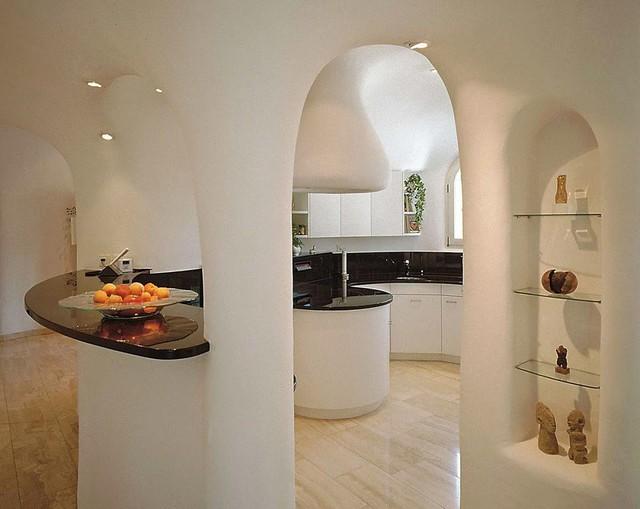 Cấu trúc của ngôi nhà khá đặc biệt khi sử dụng những hình vòm cung liên tục tạo cảm giác như bạn đang lạc trong một câu chuyện cổ tích.