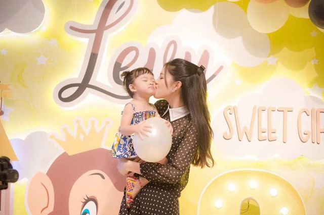 Người đẹp rất cưng chiều cháu gái. Dịp bé Khánh Vy tròn 1 tuổi vào năm ngoái, Thanh Tú đã đích thân lên ý tưởng trang trí cho buổi tiệc.