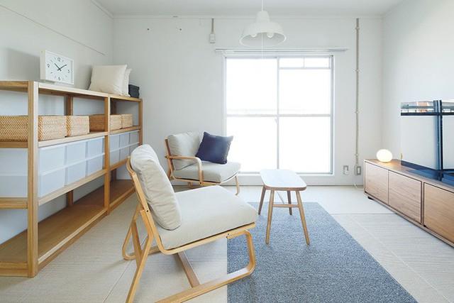 Góc phòng khách, phòng sinh hoạt chung của gia đình được đặt ngay cạnh khung cửa sổ lớn. Không cần cầu kỳ với nhiều màu sắc hay kiểu dáng nội thất, chỉ cần đặt chiếc ghế tựa xinh xắn, thêm bàn trà nhỏ nhắn là vừa đủ cho những câu chuyện được vui vẻ, ấm cúng.
