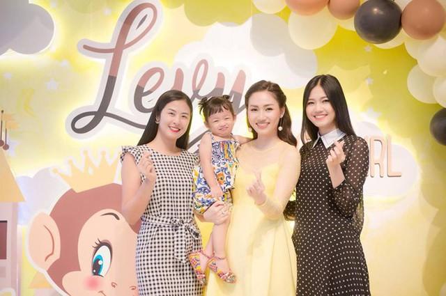 Hoa hậu Ngọc Hân (trái) cũng đến chúc mừng con gái Á hậu Trà My tròn 2 tuổi. null