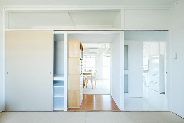 Phòng ngủ được bố trí bên cạnh phòng khách, nơi mọi người có thể tạo sự tách biệt và riêng tư bằng cánh cửa trượt tiết kiệm không gian.