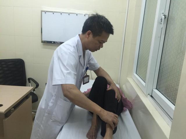 TS.BS Nguyễn Văn Hoạt tái khám cho cụ bà Nguyễn Thị Lễ